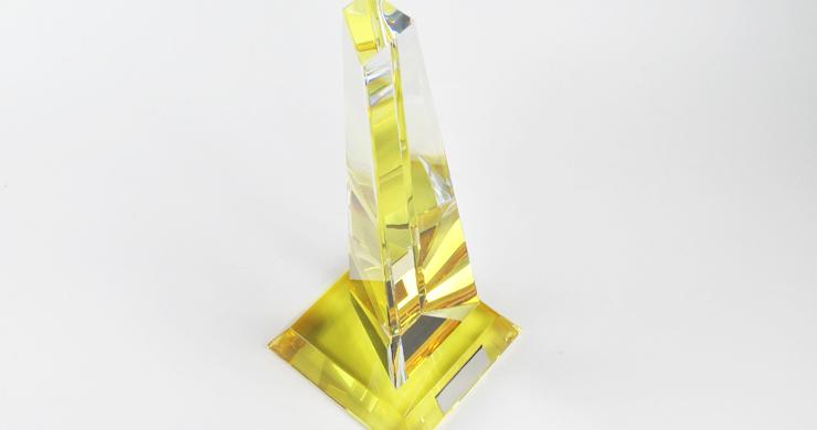 クリスタルトロフィー全体が柔らかな黄色の光に包まれます。 JG-B-517